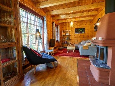 Wohnzimmer mit grosser Fensterfront